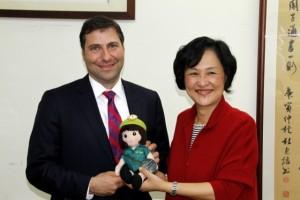 2致贈綠衣娃娃