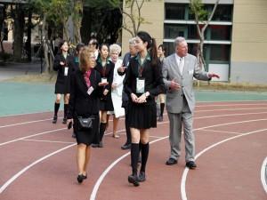 8貴賓們實地走訪校園